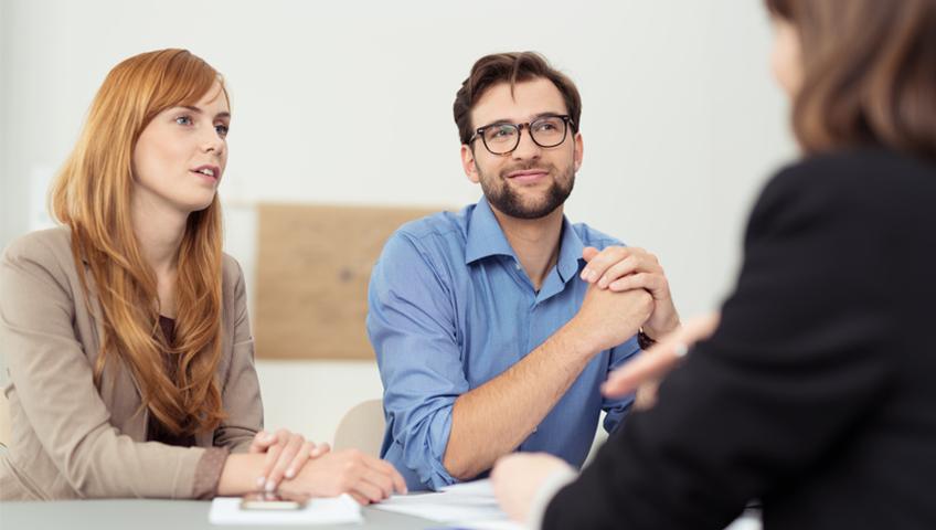 MAGIS Makler Versicherungstalk - Drei Menschen bei Verhandlung